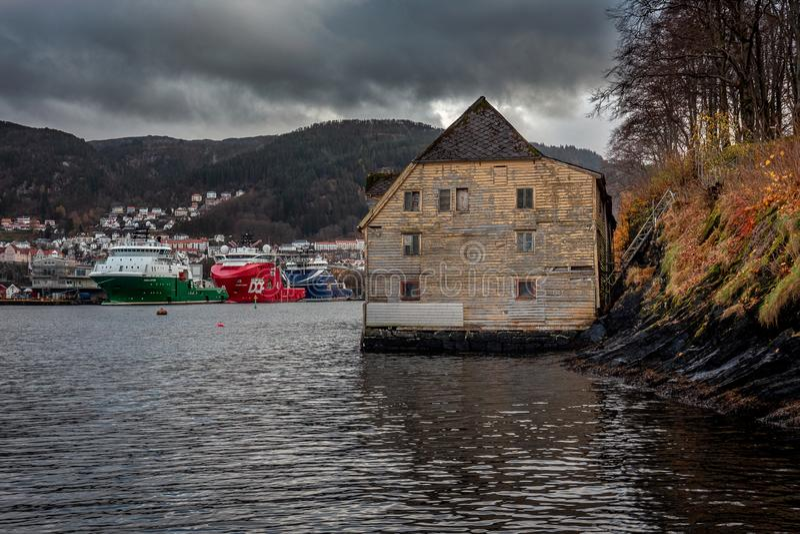 Alte Lagerhausstellung am steilen Ufer in der Herbstlandschaft stockfotografie