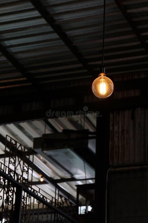 Alte Lampe, alter Glühlampe Bereich auf einer schwarzen Hintergrundnachtzeit lizenzfreie stockfotos