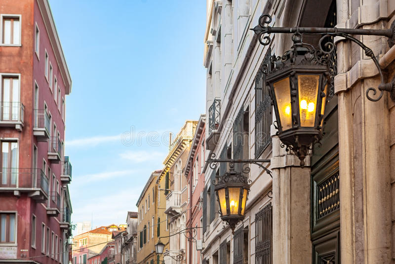 Alte Lampe auf venetianischer Straße stockbilder