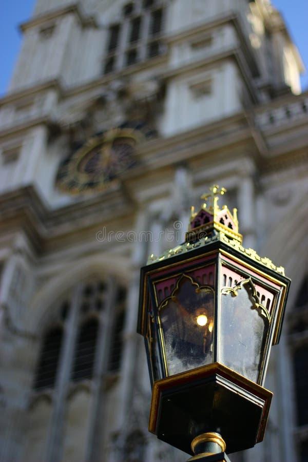 Alte Lampe in einer schönen Stadt lizenzfreie stockbilder
