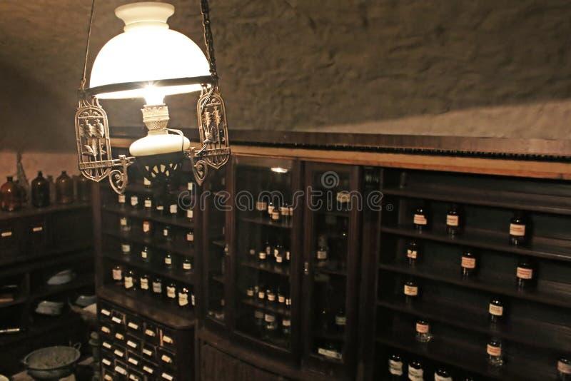 Alte Lampe im Keller des Apothekemuseums in Lemberg, Ukraine stockfotos