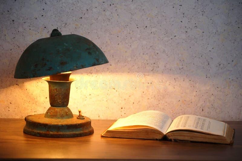Alte Lampe und Buch stockbilder