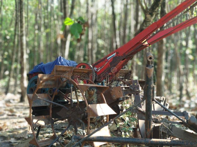 Alte landwirtschaftliche Maschine im Wald stockfoto