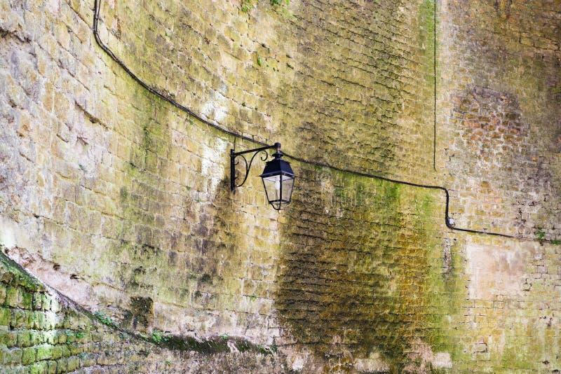 alte Laterne auf innerer Wand von Chateau de Sedan lizenzfreie stockfotos