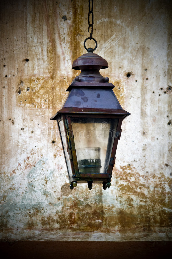 Alte Laterne eingehangen an einer Wand lizenzfreies stockbild