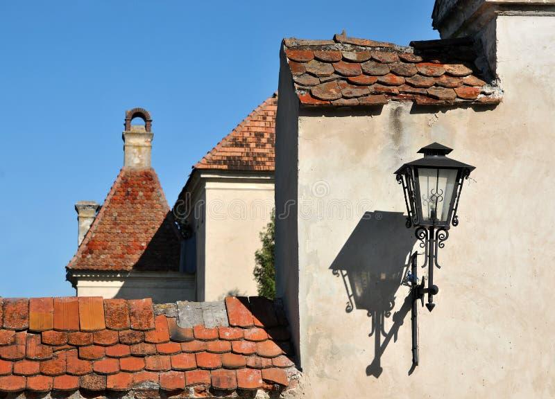 Alte Laterne, hängend an einer Wand lizenzfreie stockfotografie
