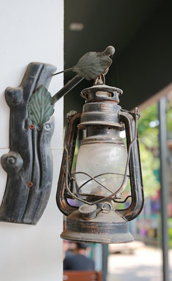 Alte Laternenlampe, die auf der Wand hängt stockfotos