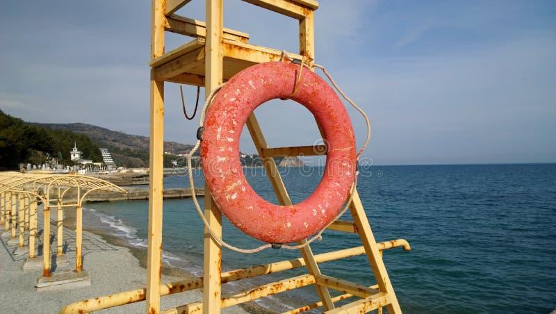 Alte lebensrettende Station auf dem Ufer Schwarzen Meers mit einer Rettungsleine stockfotos
