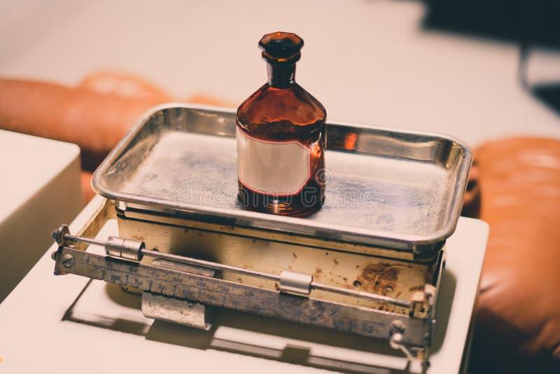 Alte leere Medizinflasche auf Skala - Weinlese stockfotografie