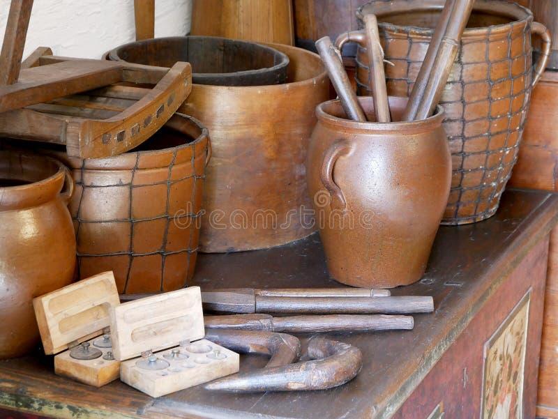 Alte Lehmvasen und -töpfe stockbilder