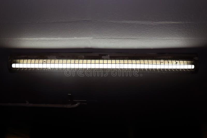 Alte Leuchtstofflampen auf der Decke, Leuchtstofflampen im dunklen, Neonlicht, Leuchtstoff Glühlampe als elektrische Energie lizenzfreie stockfotos