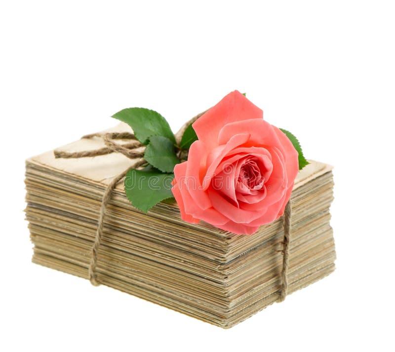 Alte Liebesbriefe und Postkarten mit Rosarose blühen lizenzfreies stockbild