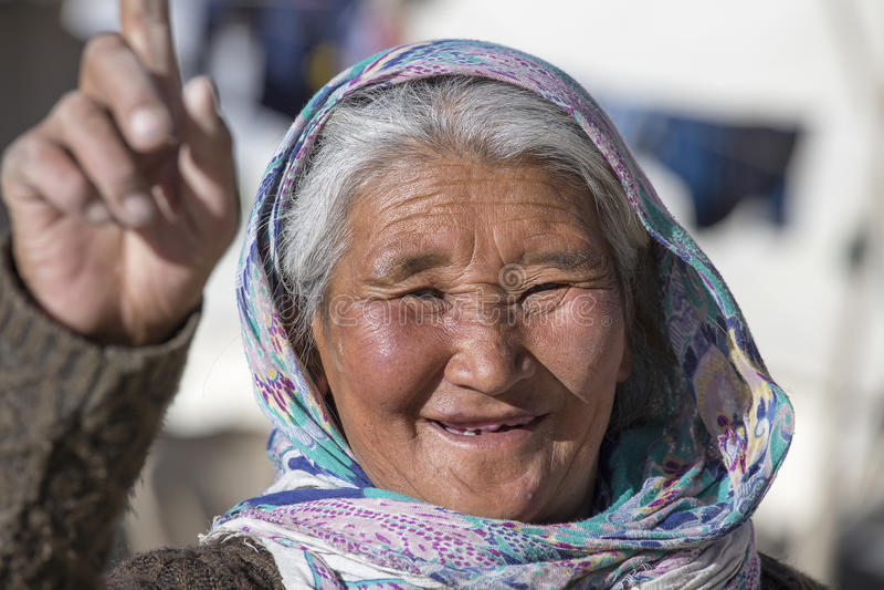 Alte lokale Frau in Ladakh Indien lizenzfreie stockbilder