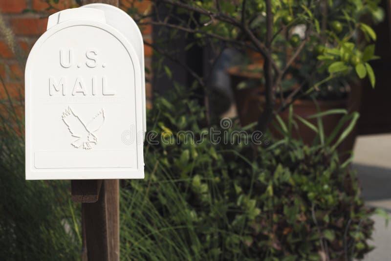 Alte Mailbox Weinlesemetallweißer Briefkasten Alter Briefkasten gemacht vom Metall mit POSTEN-Titel lizenzfreies stockfoto