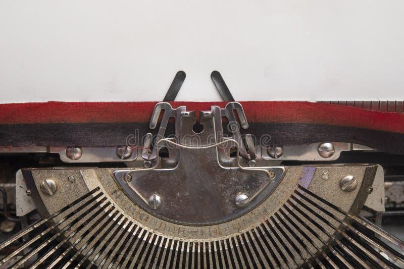 Alte manuelle Schreibmaschine mit weißer Papierkopieransicht, Leerstelle lizenzfreie stockbilder