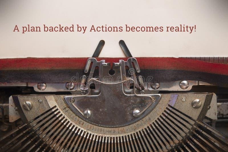 Alte manuelle Schreibmaschine tippte Text ein Plan unterstützt durch Aktionen wird Realität stockfoto
