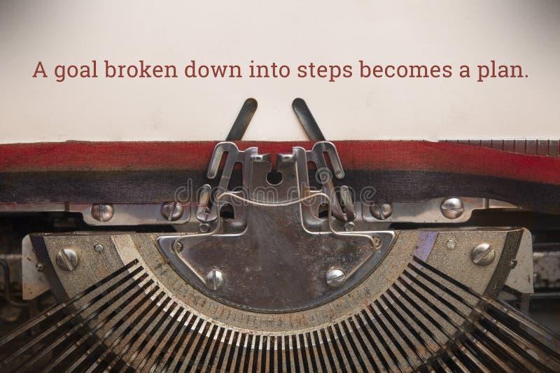 Alte manuelle SchreibmaschinenSchreibmaschine, die den Text eines Ziels in Schritte unterteilt, wird zu einem Plan lizenzfreie stockbilder