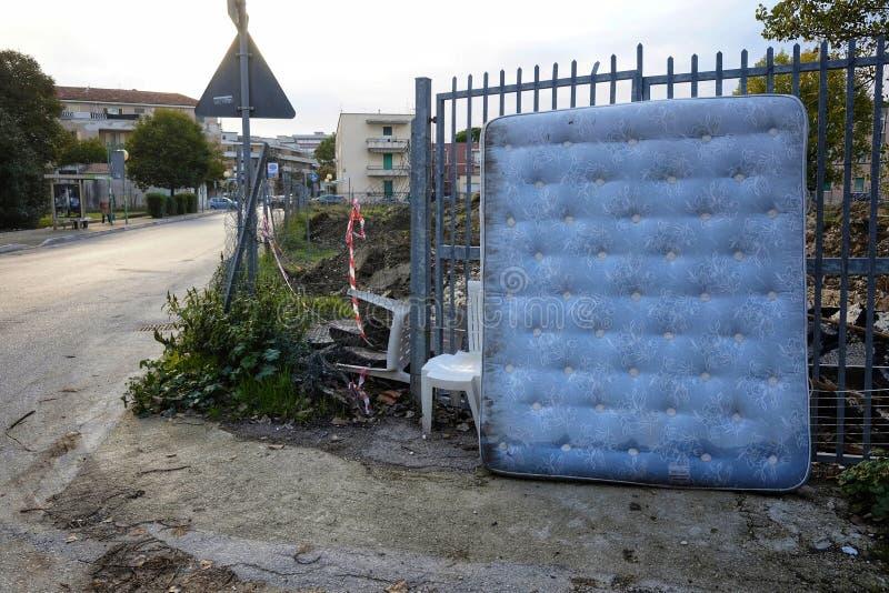Alte Matratze verlassen in der Stadt stockbild