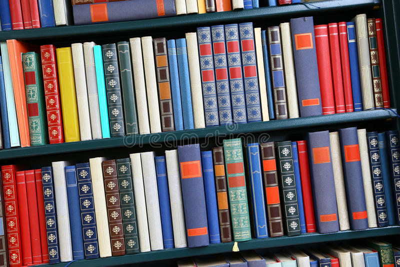 Alte mehrfarbige Bücher lizenzfreie stockbilder