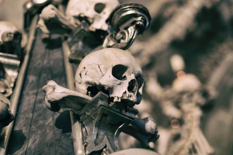Alte menschliche Schädel- und Knochendekoration in Sedlec, Tschechische Republik Kutna hora lizenzfreie stockfotos