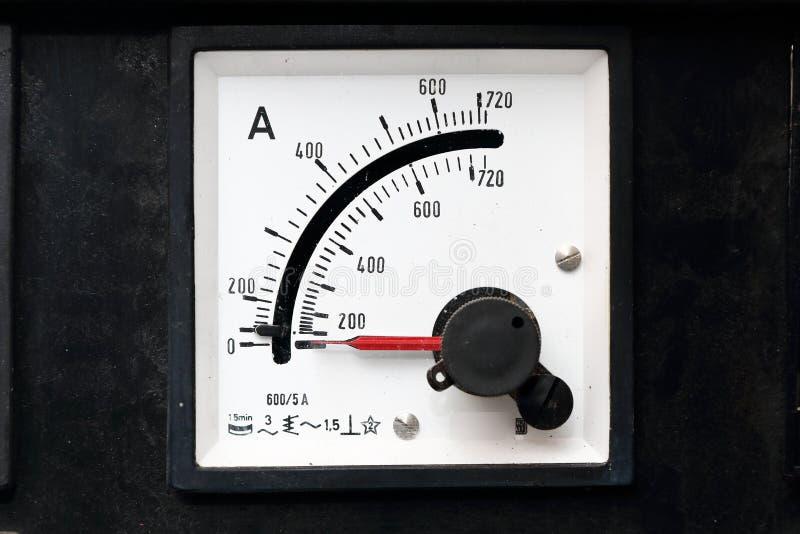 Alte Messgeräte für Strom mit Spitzenindikator stockfotografie