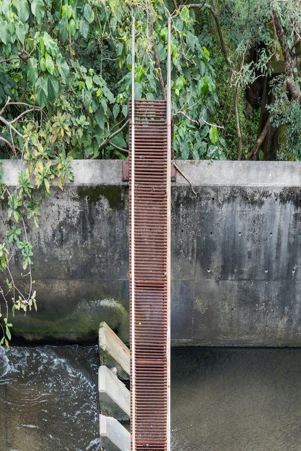 Alte Metallbrücke arcoss ein Wasserabfluß lizenzfreie stockbilder