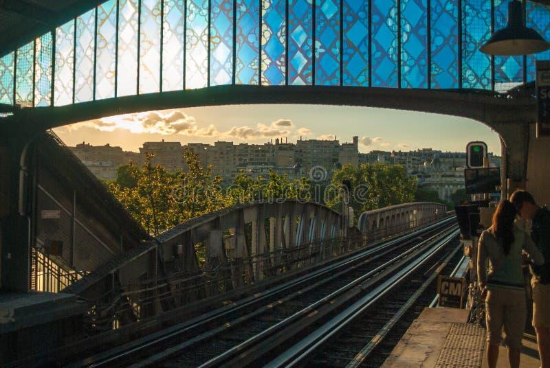 Alte Metrotramstation in den Paris-Sonnenuntergangsonnenlicht-Abendschienen stockfotografie