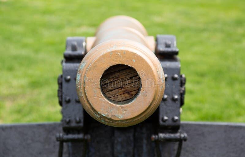 Alte Militärkanone, die gerade auf Zuschauer zeigt stockfoto