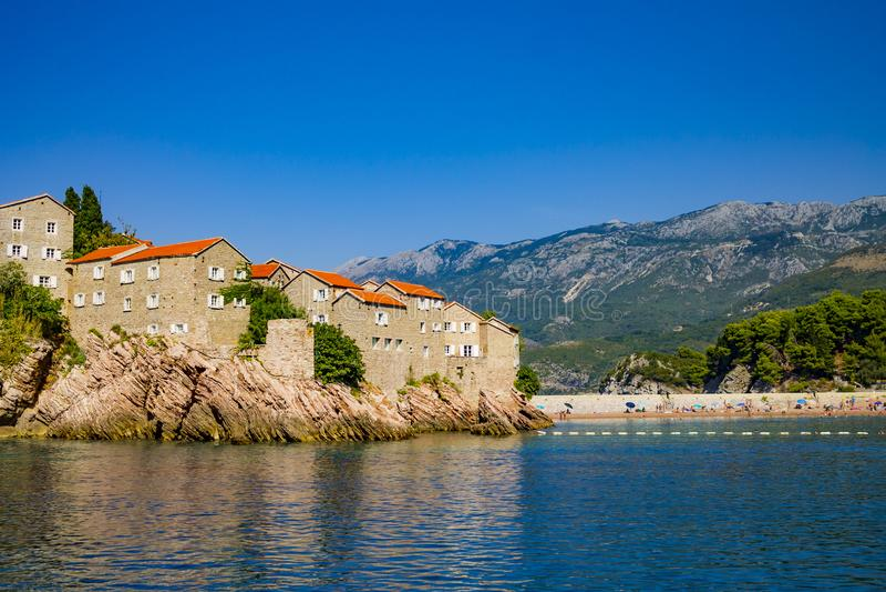 Alte mittelalterliche Häuser auf Felsen im Meer, Balkan, Mittelmeer stockfotos