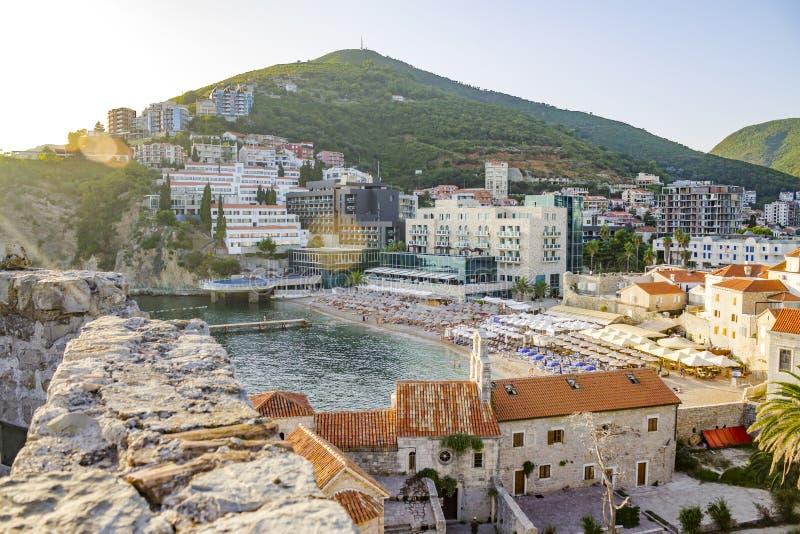 Alte mittelalterliche Stadt mit einem Strand und einem Berg Balkan, Montenegro lizenzfreie stockfotografie