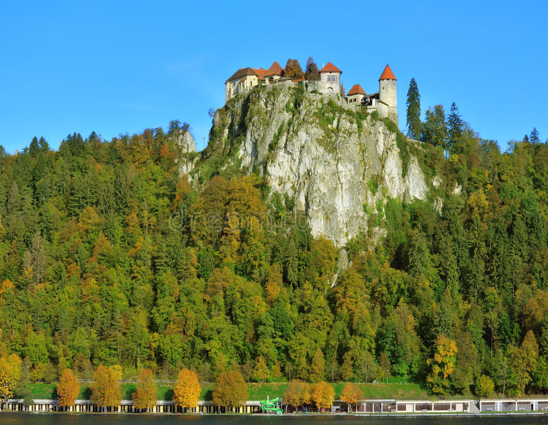 Alte mittelalterliche Stadt mit Gornji Absolventschloss, in verlaufen lizenzfreie stockbilder
