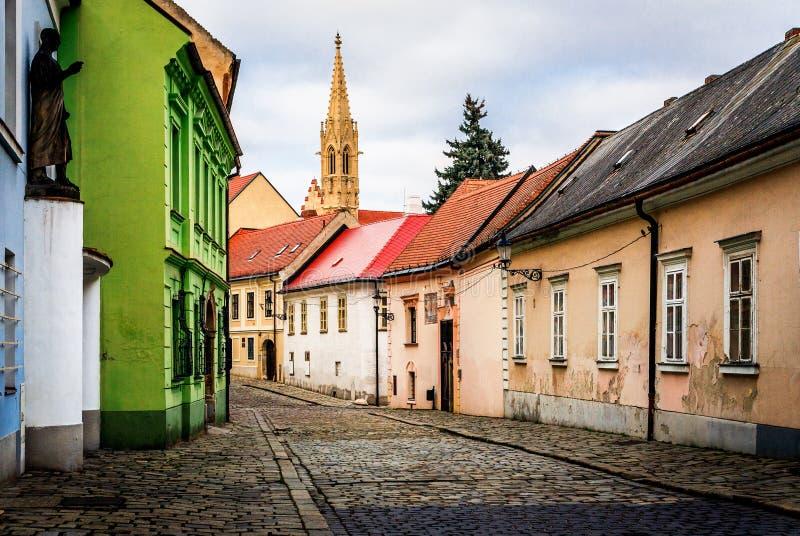 Alte mittelalterliche Straße nach Regen stockfotos
