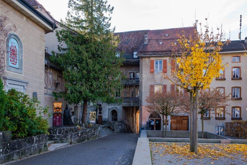 Alte mittelalterliche Straße zum Schloss in Gruyeres, die Schweiz im Herbst lizenzfreies stockfoto