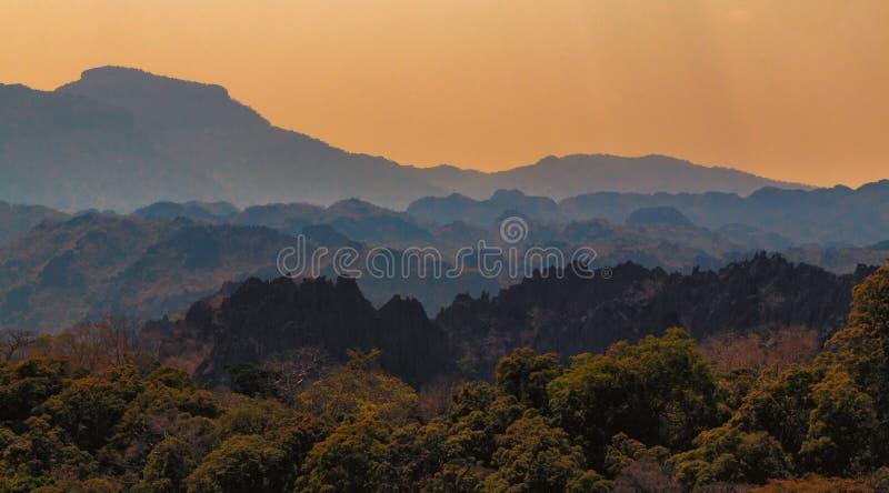 Alte montagne di sharp di vista fotografie stock