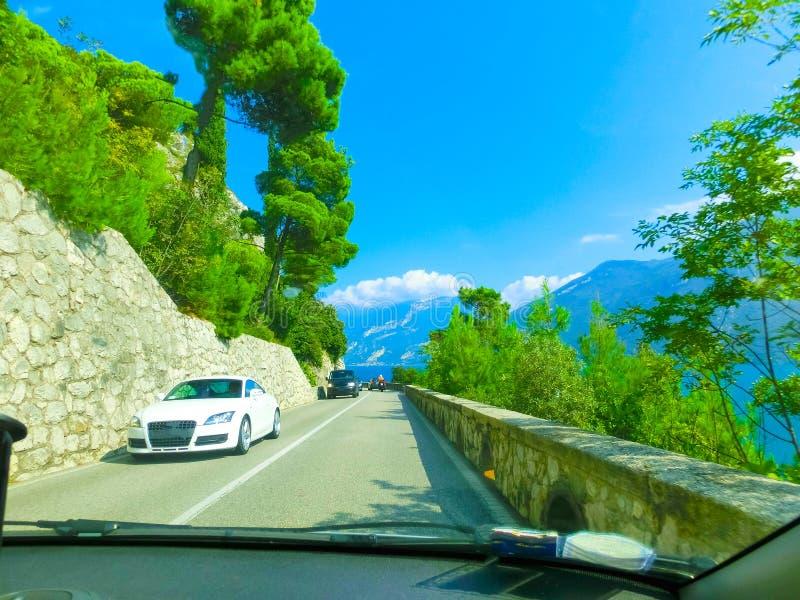 Alte montagne e strada, polizia del lago, Italia, Europa fotografie stock libere da diritti