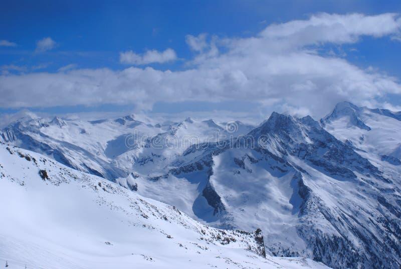 Alte montagne sotto neve nell'inverno immagini stock