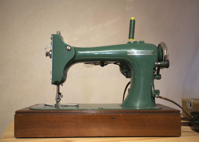 Alte Nähmaschine Nähmaschine des historischen Pedals Antiker Grundlagenhintergrund lizenzfreies stockfoto