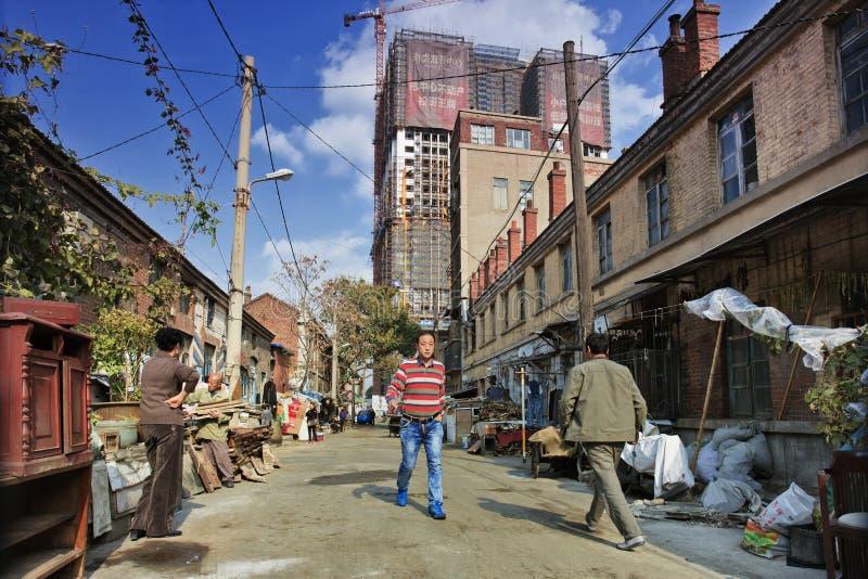 Alte Nachbarschaft gegen neuen hohen Anstieg, Dalian, China stockfotografie