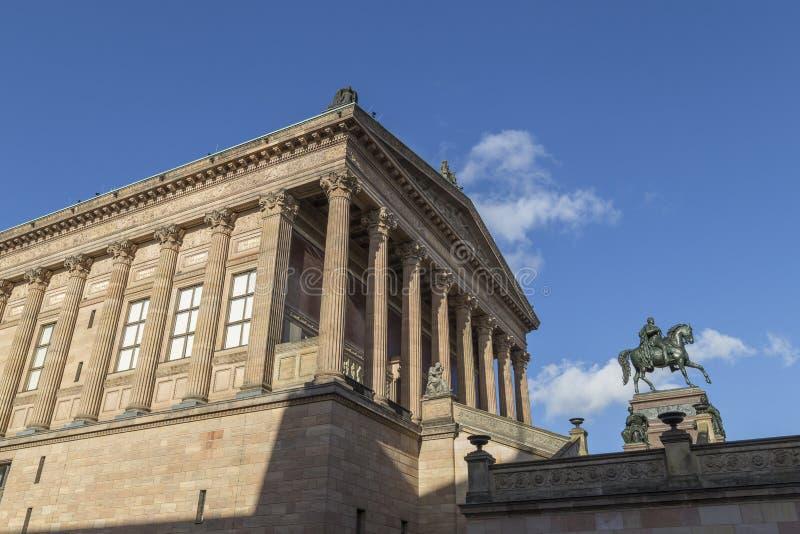 Alte Nationalgalerie и конноспортивная статуя в Берлине стоковые фото