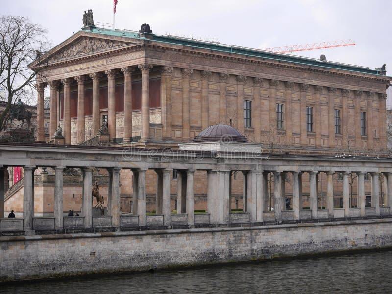 Alte Nationalgalerie/National Gallery viejo y diversión del río en Berlín fotografía de archivo