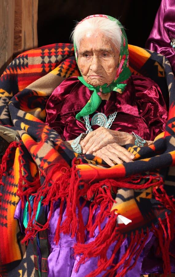 Alte Navajo-Frau tief im Gedanken mit den Händen Crosse stockfotografie