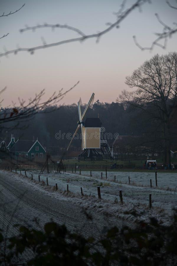 Alte niederländische Mühle in der Winterlandschaft stockfoto