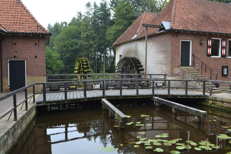 Alte niederländische Wassermühle stockbild