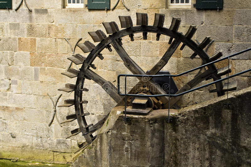 Alte niederländische Wassermühle stockfotos