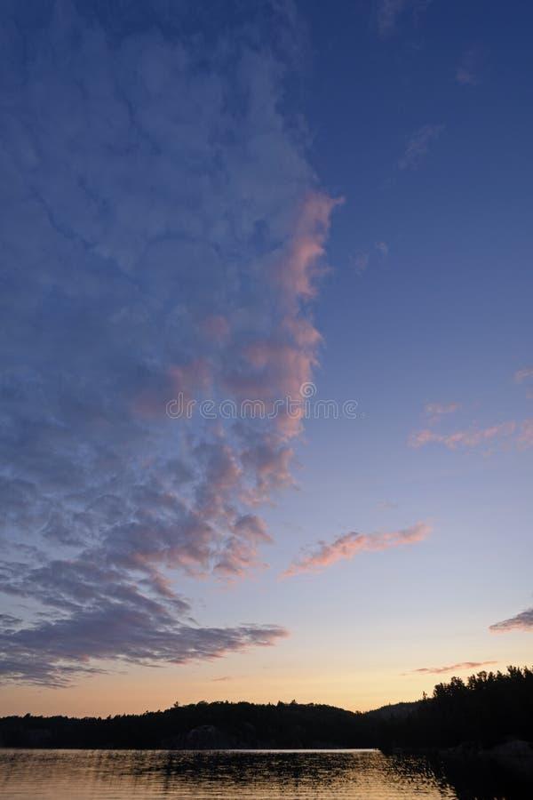 Alte nuvole nella penombra fotografia stock