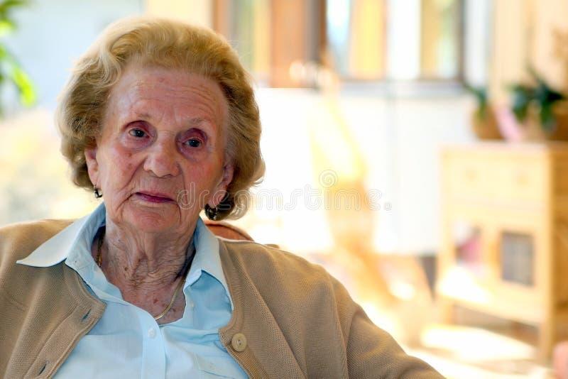 Alte Oma stockfoto. Bild von großmutter, eighties, älter