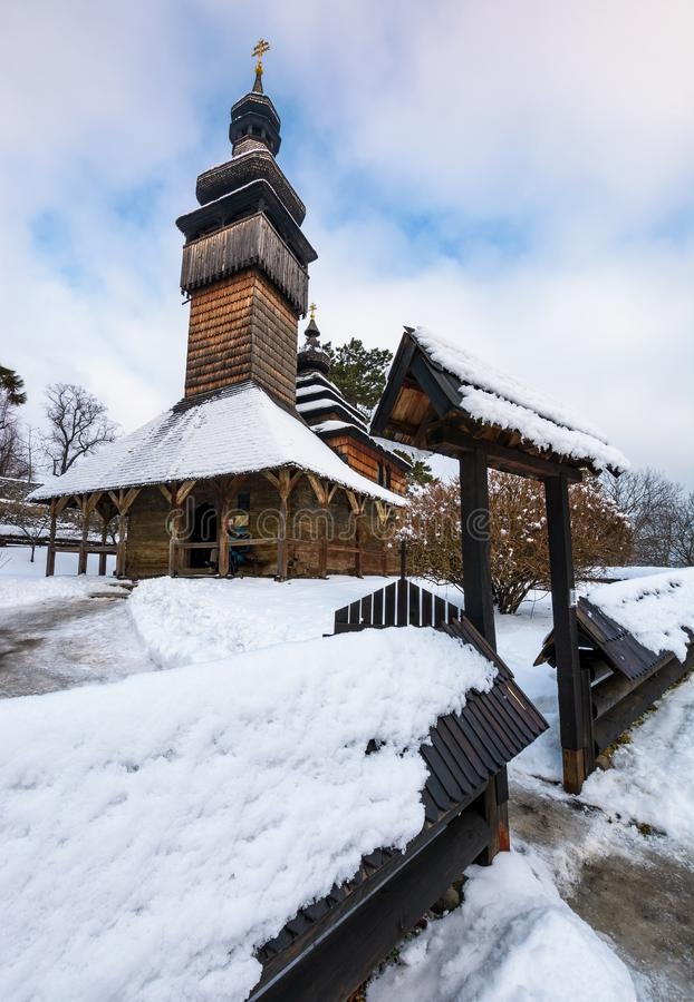 Alte orthodoxe hölzerne Kirche im Winter lizenzfreie stockbilder