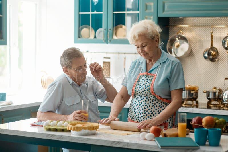 Alte Paare in der Küche lizenzfreies stockfoto