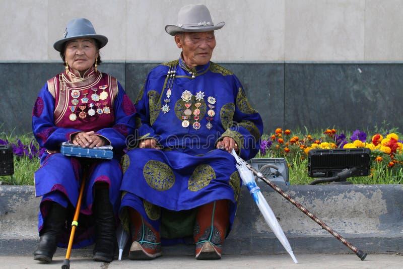 Alte Paare in der traditionellen Kleidung in Ulan Bataar stockfoto