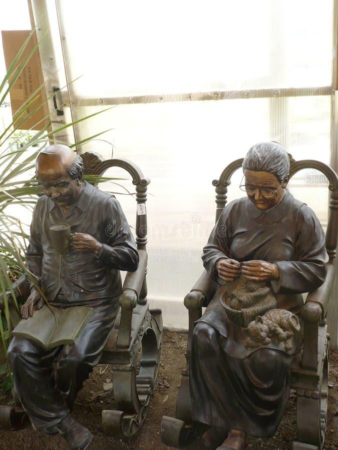 Alte Paare, die im Sunroom sich entspannen lizenzfreie stockfotografie